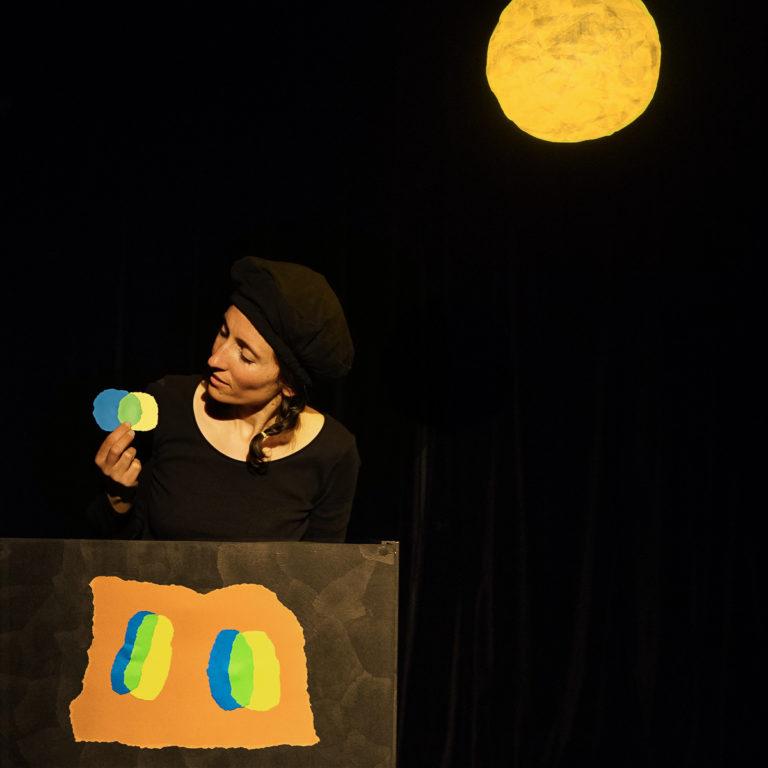 photo de l'actrice Pia pendant la pièce de théâtre petit bleu petit jaune