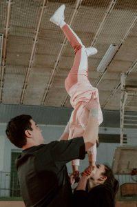 photo de parents executant un porté avec une enfant
