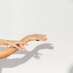 main en mouvement de danse